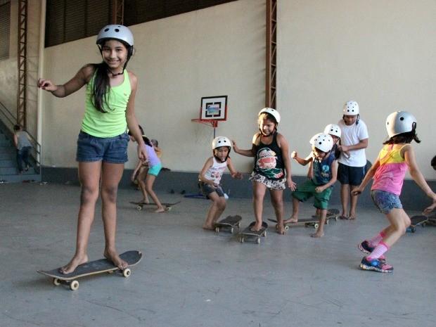 Crianças tiveram aula de skate durante caravana (Foto: Jamile Alves/G1 AM)