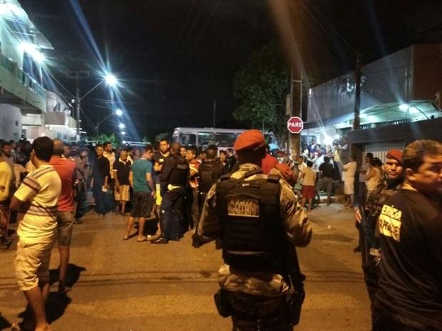 Saldado da PM foi morto ao tentar evitar um assalto no Bairro Henrique Jorge, em Fortaleza. Equipes da PM fazem buscas no local.  (Foto: Michel Victor/G1 Ceará)