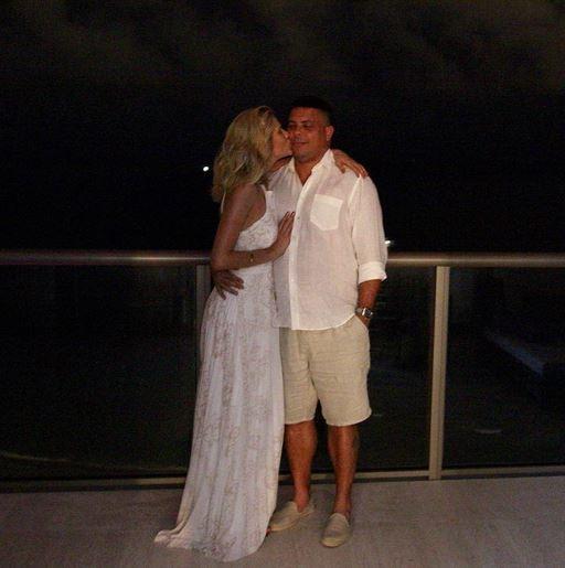Celina Locks beija Ronaldo (Foto: Reprodução/Instagram)