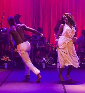 As músicas são executadas ao vivo e um corpo de baile dá o contorno às cenas (Foto: Divulgação)