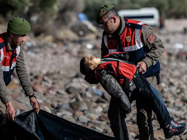 Pelo menos 33 migrantes, incluindo cinco crianças, morreram em naufrágio no Mar Egeu (Foto: Ozan Kose / AFP)