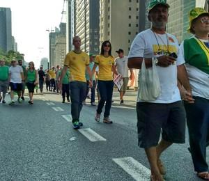 Algumas pessoas já começam a ir embora da Avenida Paulista (Foto: Júlia Korte/ÉPOCA)