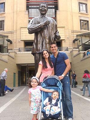Getulio Vargas com a família no Monumento à Mandela na África (Foto: Reprodução / Arquivo Pessoal)