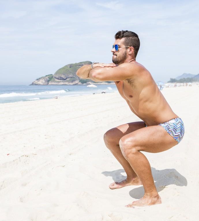 O exercício de agachamento é parte da rotina de Borat (Foto: Felipe Monteiro/Gshow)