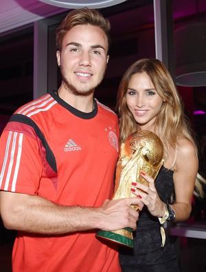 Mario Gotze ao lado da namorada Ann-Kathrin Broemmel com a taça da copa do mundo (Foto: Agência AP)