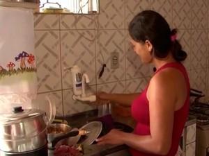 Para driblar falta de água, moradora aposta em economia e reutilização (Foto: Reprodução/TV Sudoeste)