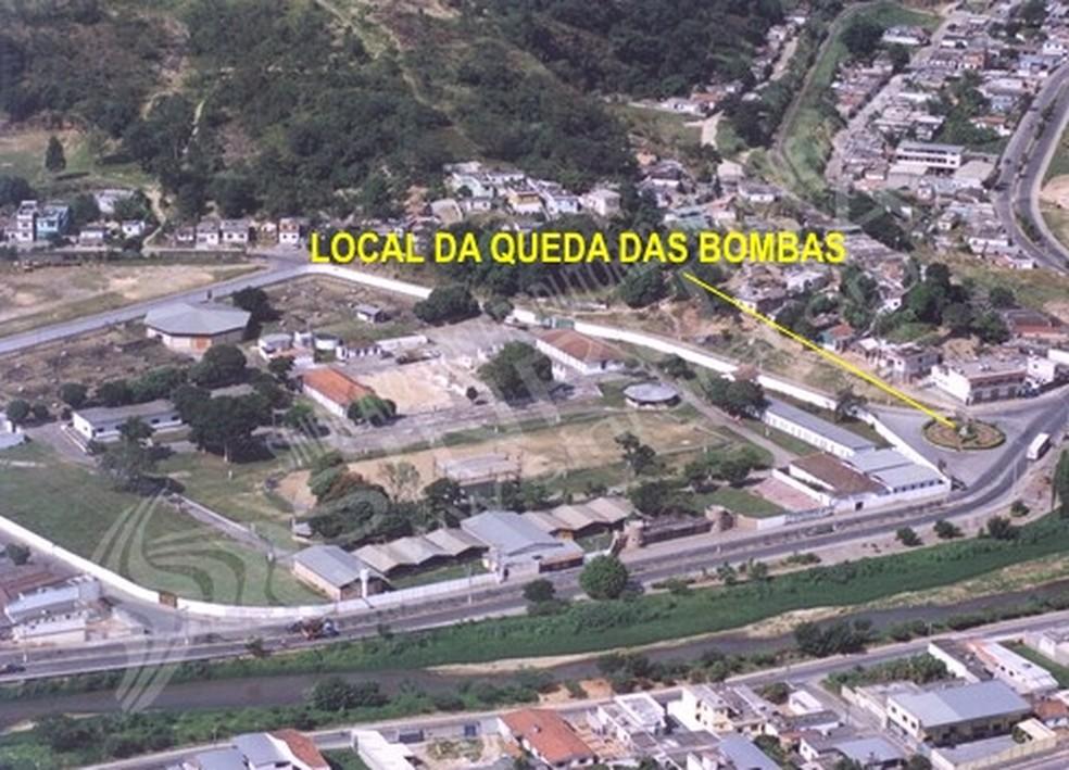 Imagem gerada via satélite por outro ângulo mostra praça em formato de alvo construída onde bombas caíram (Foto: Poder Aéreo/Reprodução)