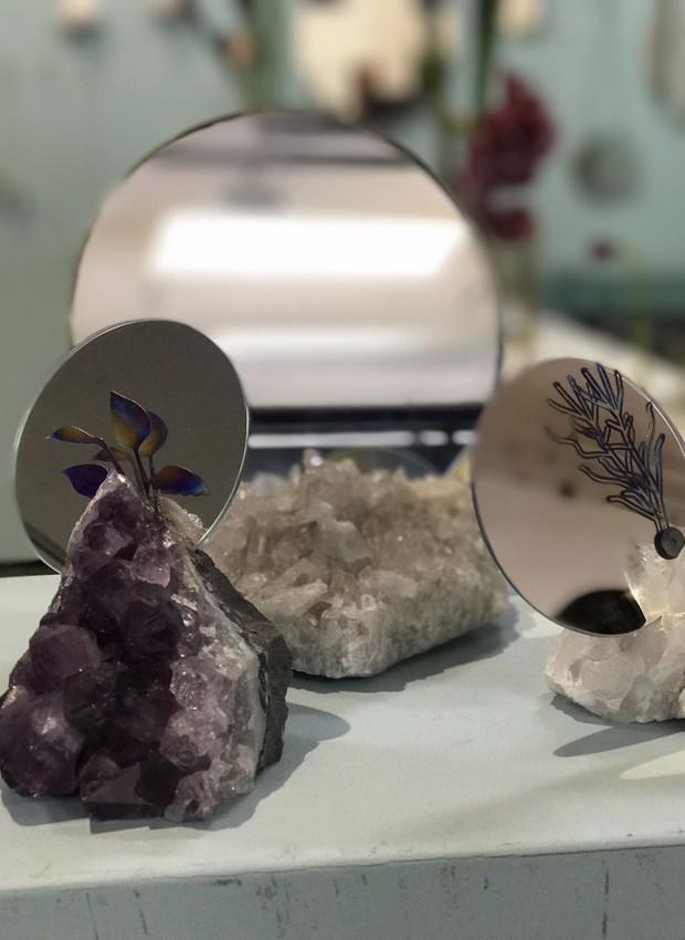 Espelhos com base de pedra brasileira e peças de titânio, da Nara Ota (Foto: Casa e Jardim)