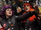 FOTOS: amigos comemoram carnaval em Cadiz, na Espanha (Reuters/Marcelo del Pozo)