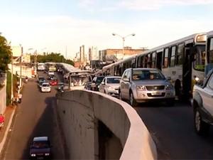Por causa da paralisação dos ônibus, várias ruas e avenidas de Natal ficaram com o trânsito congestionado (Foto: Reprodução/Inter TV Cabugi)