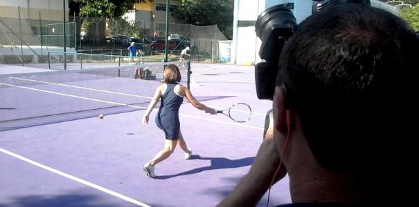 Apresentadora pratica tênis pela primeira vez no programa (Foto: Alisson Francisco/RBS TV)