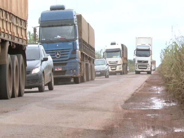 Motoristas afirmam que os reparos feitos na BR 364, entre Pimenta Bueno e Vilhena, duram pouco tempo e causam prejuízos. (Foto: Rogério Aderbal/G1)