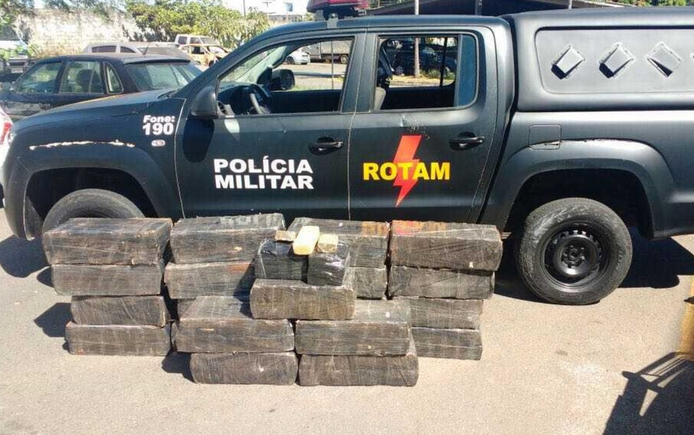 Rotam apreende 450 kg de maconha e recupera retroescavadeira roubada (Foto: Divulgação/PM)
