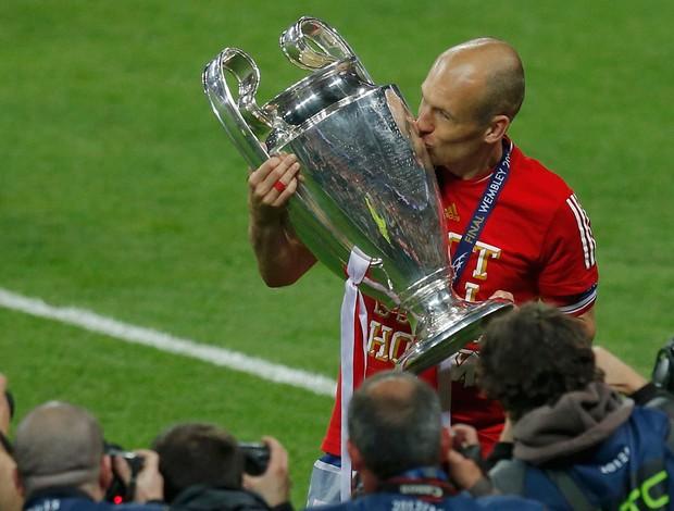 Robben taça Bayern de Munique campeão (Foto: Reuters)