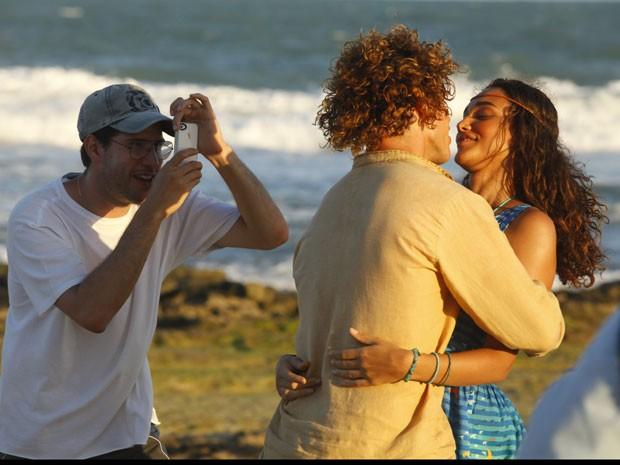 Débora Nascimento e José Loreto posam para o diretor Thiago Teitelroit nos bastidores de gravação (Foto: Flor do Caribe / TV Globo)