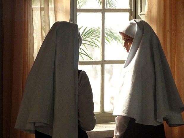 Incrédula, Gerusa ouve a confissão da companheira de quarto (Foto: Gabriela / TV Globo)
