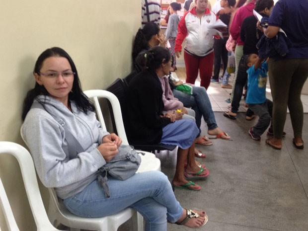 Dona de casa espera atendimento em tenda da dengue na Zona Norte de SP (Foto: Tatiana Santiago/G1)