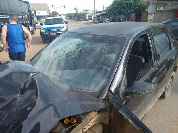 Motorista bateu a cabeça no para-brisa e foi levado ao hospital pelo Corpo de Bombeiros (Foto: Pâmela Fernandes/G1)
