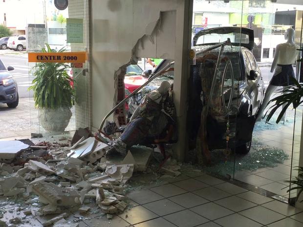 Acidente destruiu vitrine e parede da loja (Foto: Walter Paparazzo/G1)