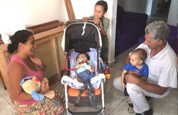 Bebê com 'ossos de vidro' recebe o carinho de vizinhos em Goiânia, Goiás (Foto: Paula Resende/ G1)