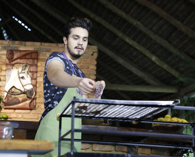 Luan Santana prepara churrasco no Estrelas (Foto: Ellen Soares/Gshow)