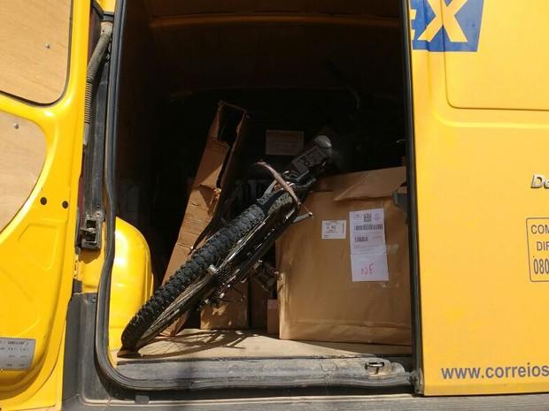 Bicicleta colocada no bagageiro do carro roubado (Foto: Brigada Militar/Divulgação)