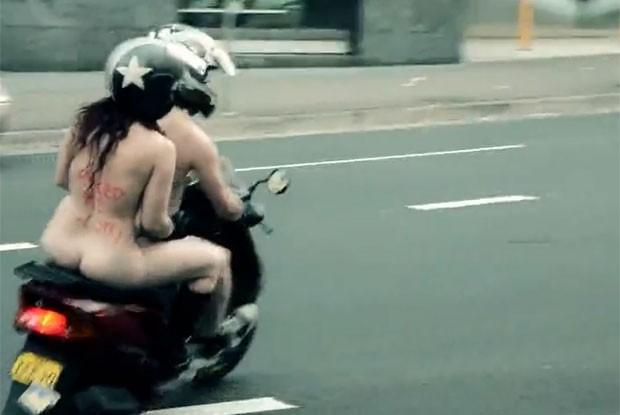 Casal andou nu em uma scooter em Sydney. (Foto: Reprodução)