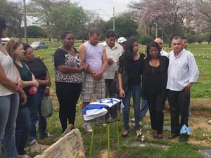 Família acompanha enterro dos restos mortais de Grazielle, morta em 2011. (Foto: Thais Pimentel/G1)