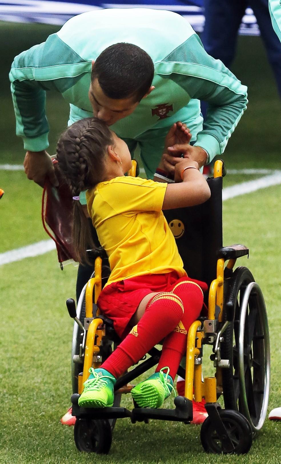 Cristiano Ronaldo beija mascote cadeirante em Rússia x Portugal pela Copa das Confederações (Foto: EFE/Sergei Ilnitsky)