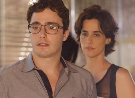 Reta final: Luís e Isabel dão de cara com Lauro e a nova namorada