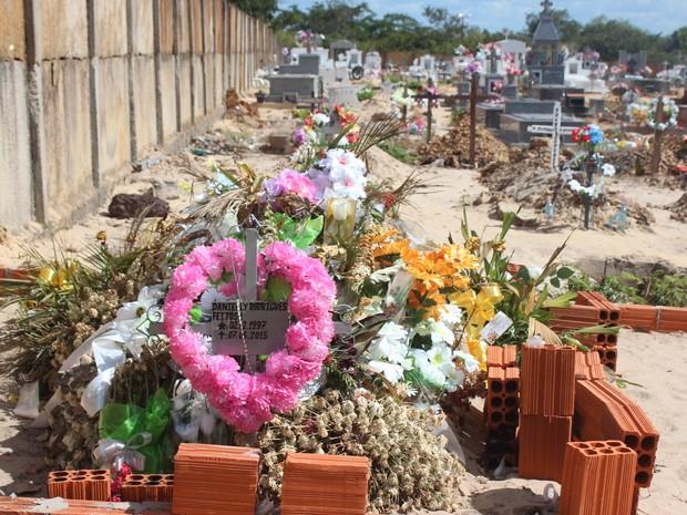 Tumulo de Danielly Rodrigues recebe várias visitas  (Foto: Gilcilene Araújo/G1)