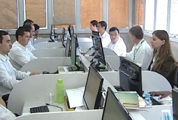 Área de contato com o cliente agora usa sms para agendar e aprovar exames (Foto: Reprodução / TV Tem)