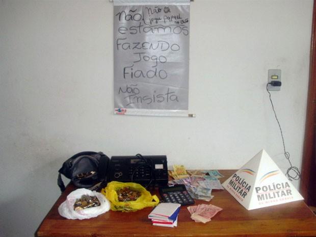 Cartaz avisa maus pagadores do jogo do bicho. (Foto: Reprodução EPTV)