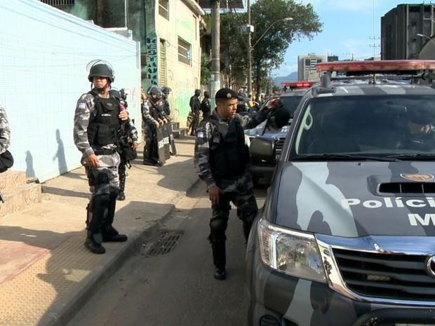 Policiais na Avenida Leitão da Silva, no ES (Foto: Reprodução/ TV Gazeta)