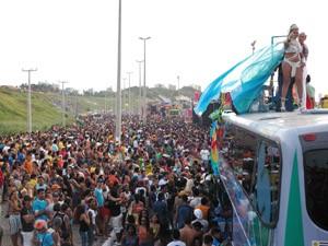 Multidão lota a Avenida Litorânea na Parada Gay de São Luís (Foto: De Jesus/O Estado)