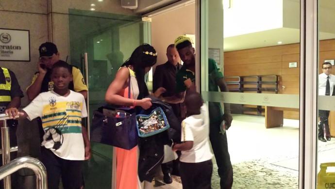 Song recebe a visita dos filhos e da esposa em hotel (Foto: Bruno Marques/GloboEsporte.com)