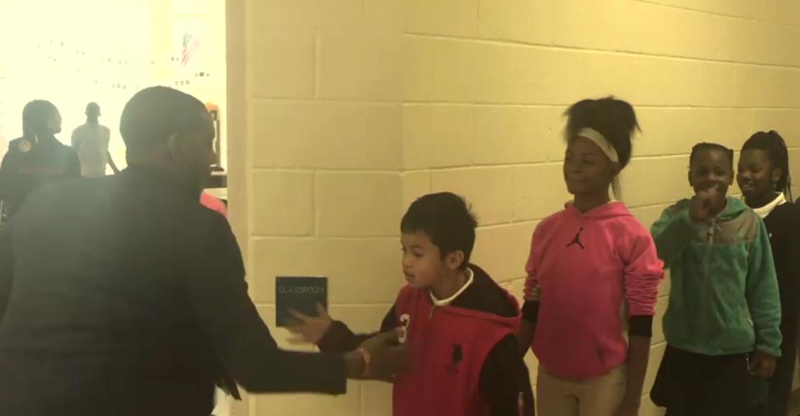 Barry White Jr., o professor que inventou um aperto de mão para cada aluno (Foto: Reprodução/ABC)