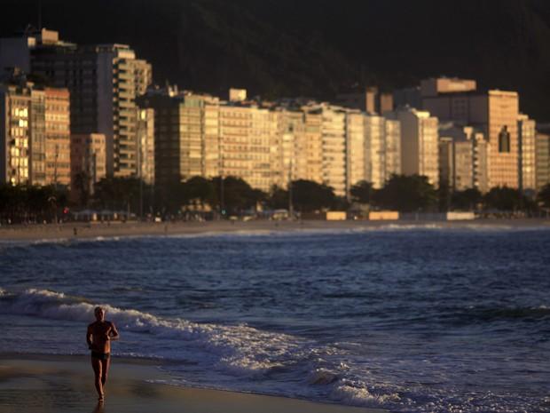 Homem corre à beira da praia de Copacabana, no Rio de Janeiro; Brasil foi bem em 6 das 10 metas para os oceanos (Foto: Ricardo Moraes/Reuters)