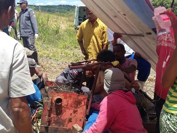 Vítima teve parte da perna presa em equipamento, em fazenda na Bahia (Foto: Divulgação/ Corpo de Bombeiros)
