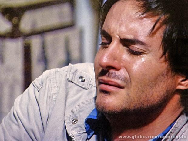 Thales chora desesperado ao ver seu livro destruído (Foto: Amor à Vida/TV Globo)