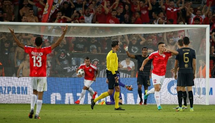Hoban fez o segundo do Hapoel na partida, mas a reação não foi grande o suficiente para a conquista da vaga (Foto: Reuters)