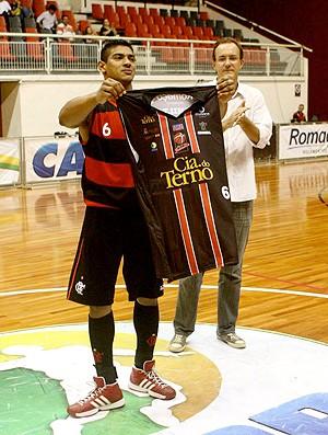 Shilton homenagem basquete jogo Joinville x Flamengo (Foto: Jackson Nassler / Divulgação)