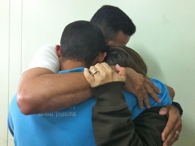 O socioeducanto Matheus Santos, de azul, abraçado aos pais, na Unidade de Internação do Recanto das Emas (Foto: Raquel Morais/G1)