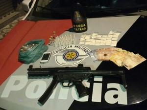 Dois homens são presos com cocaína, lança-perfume e falsa metralhadora (Foto: Divulgação/Polícia Militar)