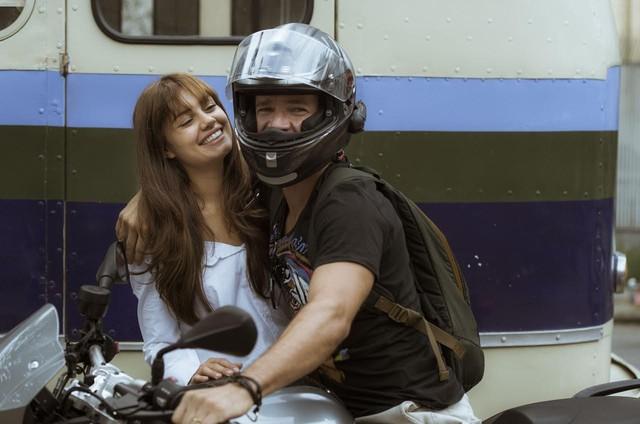 Daniel de Oliveira visita a Sophie Charlotte nos bastidores de uma gravação de 'Os dias eram assim' (Foto: Globo/Mauricio Fidalgo)