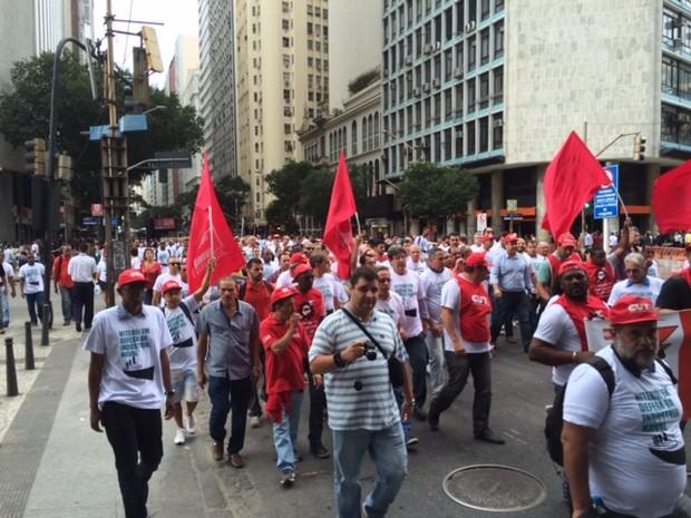 Manifestantes que pedem conclusão de obras do Comperj bloqueiam a Avenida Rio Branco (Foto: Matheus Rodrigues/G1)