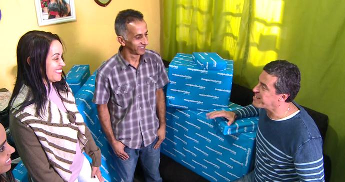 Giltânia recebe os presentes da Magazine Luiza (Foto: Reprodução TV Globo)