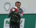 Giovanni divide bom momento da defesa com companheiros e treinador