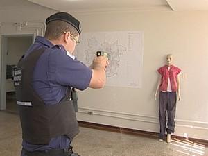 Taser Guarda Municipal Uberaba (Foto: Reprodução / TV Integração)