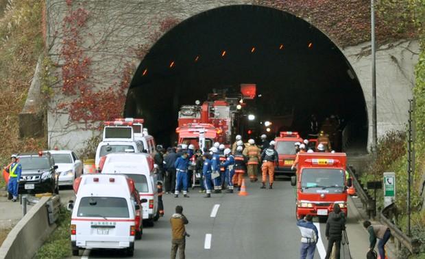 Policiais e bombeiros se concentram no túnel de Sasago neste domingo (2) (Foto: AP)